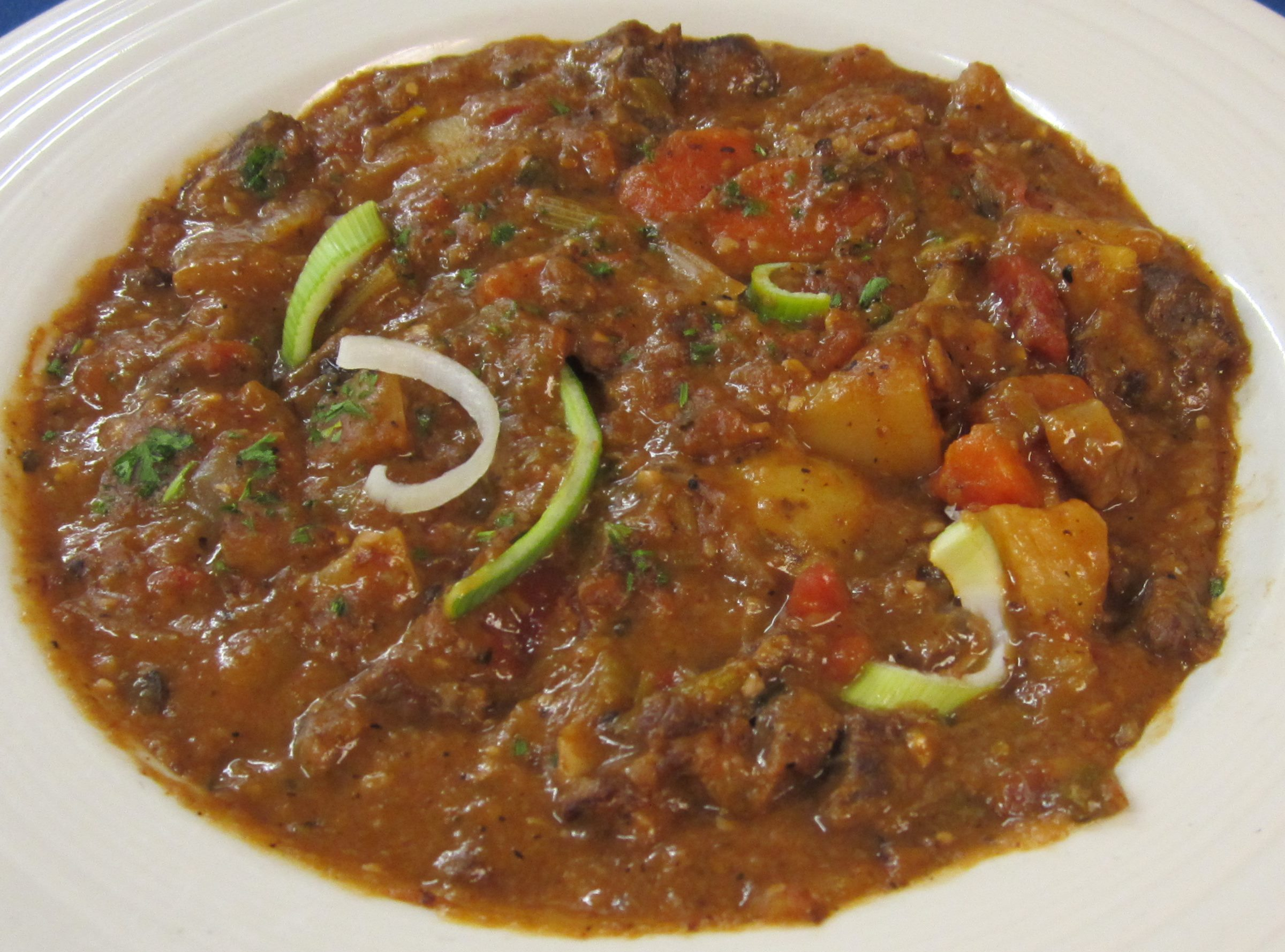 Ramsauer Hirschragout mit frischem Gemüse und Kartoffeln