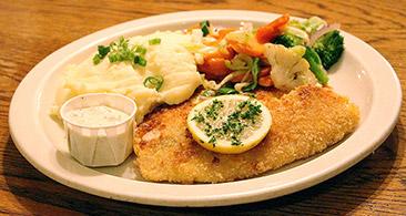Bratfisch mit Kartoffelbrei und frischem Gemüse